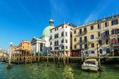 VENICE, ITALY - MAR 18 - San Simeone Piccolo, boats and beautifu — Stock Photo