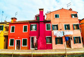 Colorful houses in Burano with the laundry drying on a wire — Stockfoto