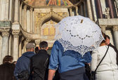 Group of tourists in front of the Basilica of San Marco — Stock Photo