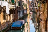 Boats with tarpaulin in romantic narrow canal in Venice. — Zdjęcie stockowe