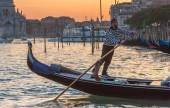 VENICE, ITALY - MAR 18 - Gondolier at the end of work day on Canal Grande on Mars 18, 2015 in Venice, Italy.  — Stock Photo
