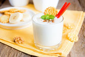 Milkshake (banana smothie) with mint, nuts and cookies — Foto Stock