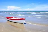 Barca a remi in legno su una spiaggia — Foto Stock