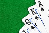 Royal flush poker iskambil yeşil keçe üzerinde — Stok fotoğraf