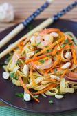 Asian noodles with shrimp, vegetables, carrots, peanuts, onions, — Stockfoto