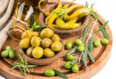 Olives and yellow chili pepper — Stock Photo