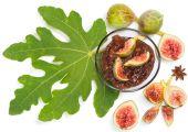 свежий инжир с листьями и рис вареньем в миске, вид сверху — Стоковое фото