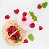 Scoop of berry ice cream with fresh raspberries  — Zdjęcie stockowe