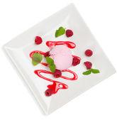 Vista superior da colher-de-rosa sorvete com molho e bagas da grosa — Fotografia Stock