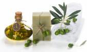 Zeep en groene olijven. Spa elementen. — Stockfoto