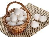 White eggs in a basket — Stockfoto