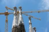 カタロニア、バルセロナのサグラダ ・ ファミリア塔以上クレーン, — ストック写真