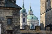 Saint Nicholas Cathedral between towers of Charles Bridge in Pra — Stock Photo