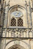 Klok van de toren van St. Vitus Cathedral in Praag, Tsjechië. — Stockfoto