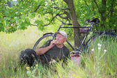 Man with a bicycle resting — Stock Photo