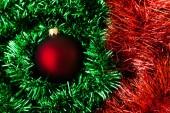 Rote weihnachts-kugel — Stockfoto
