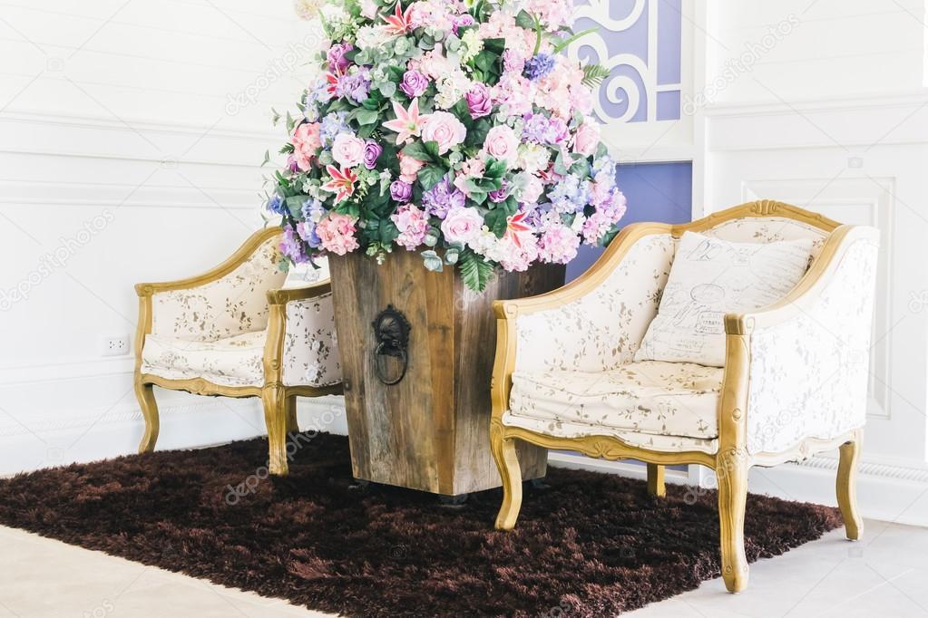 Schne Vase Blumen Und Leere Sthle Dekoration Interieur Wohnzimmer Vintage Film Filter