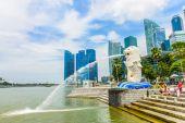 View of Singapore Merlion at Marina Bay against Singapore skyline — Stock Photo