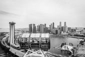 Singapore Flyer, huge ferries wheel and famous hotel and casino at Bayfront of Singapore — Stock Photo