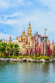 SINGAPORE - JUNE 25: Tourists and theme park visitors taking pic — Stock Photo
