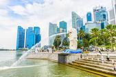Singapur merlion w marina bay przeciwko panoramę singapuru — Stockfoto