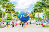 SINGAPORE - JUNE 25: Tourists and theme park visitors taking pic — Stockfoto