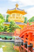 Gold Chinese pavilion at park — Stock Photo