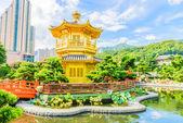 Guld kinesiska paviljongen på park — Stockfoto