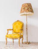 желтый ретро диван — Стоковое фото