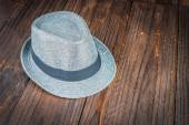 Beach hat on wooden background — 图库照片