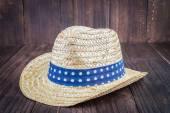 шляпа пляжа на деревянном фоне — Стоковое фото