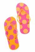 Flip flop plástico zapatos aislados sobre fondo blanco — Foto de Stock