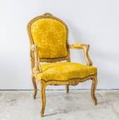 Sofá vintage amarillo — Foto de Stock