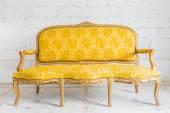 Yellow Vintage sofa — 图库照片