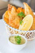 Fish and chips in basket — Stock Photo