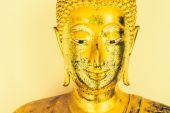 Gyllene staty av buddha — Stockfoto