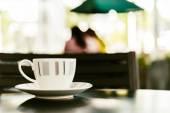 木製のテーブルでコーヒー カップ — ストック写真