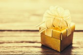 礼品盒木制背景上 — 图库照片