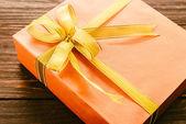 Caja de regalo sobre fondo de madera — Foto de Stock