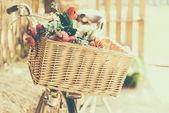 Vintage cykel med blommor — Stockfoto