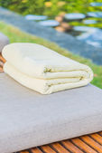 Towel on sunlounger in pool — Stock Photo
