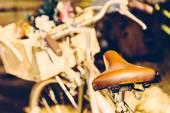 Vintage fahrrad mit blumen — Stockfoto