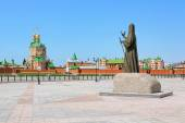 Monument of Patriarch Alexius II and Resurrection Cathedral in Yoshkar-Ola, Russia — Stock Photo