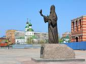 Monument of Patriarch Alexius II and Ascension Cathedral in Yoshkar-Ola — Stock Photo