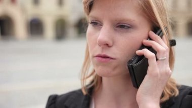 Businesswoman on the phone — Stock Video