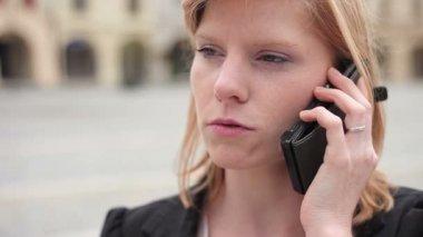 Zakenvrouw op de telefoon — Stockvideo