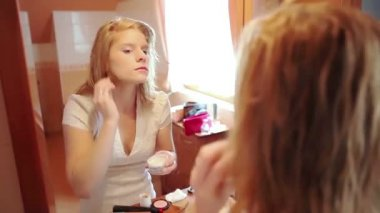 Woman putting on make up — Stock Video