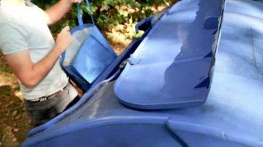 Man kastar ut sorterade papper — Stockvideo
