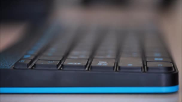 To type on the keyboard — Vidéo