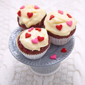 Red velvet cupcakes decorated with hearts — Foto de Stock